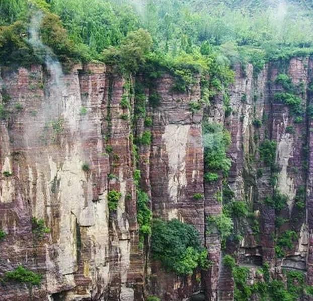 在未打通郭亮洞之前,要进郭亮村必得穿行太行大峡谷,走天梯,天梯十分险峻崎岖,遂使郭亮村成为与世隔绝的山中村落。