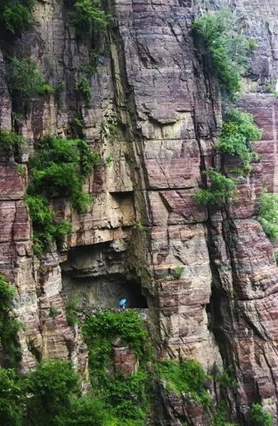 郭亮村最大的奇迹是横穿太行山脉的绝壁长廊――郭亮洞,这是走进郭亮村的必经之路。