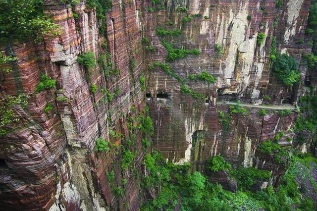 郭亮绝壁与太行山断层属砂质沉积岩,硬度达到8.3级,整个隧道全凭手工打造,困难程度可想而知。