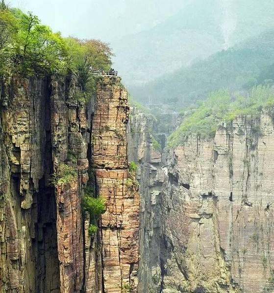 十三个郭亮村的汉子,用五年时间打通一条长1250米的挂壁公路。