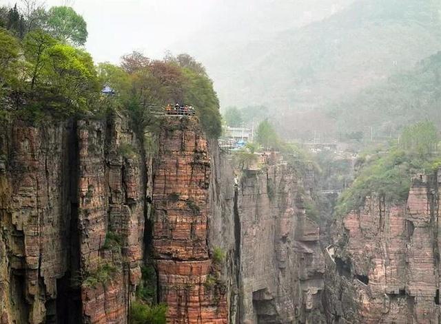 画面右端的挂壁公路,是村子现在下山的路。