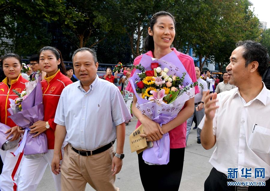 9月7日,朱婷(右二)在郑州大学体育学院与老师交流。