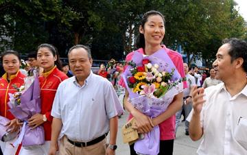 中国女排主攻手朱婷回母校与师生互动