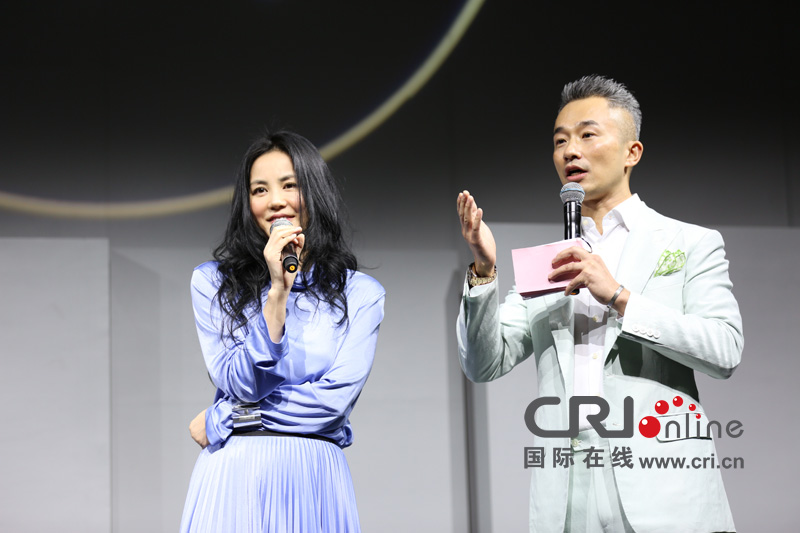 """王菲自嘲""""话太密""""12月30日开唱不请窦靖童"""