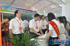 县委书记张怀德、县长赵峰等县领导参观平舆农产品展示展销区
