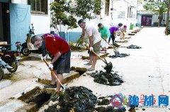 社区齐动员  清理排水沟