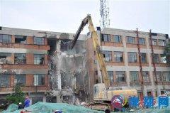 人民街道办事处对火车站项目最后一栋楼进行拆除