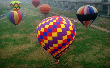 """河南洛阳市民体验热气球""""空中漫步"""""""