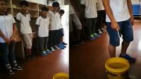 实拍老师逼学生把手机扔水里 另类教育方式引热议