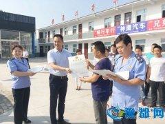 陕州区工商局领导为安昌二手车交易市场商户上门颁发营业执照