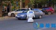 """工程师忘关门 机器人""""逃""""出试验场奔上大街"""