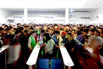 """中国铁路迎来""""十一""""出行高峰"""