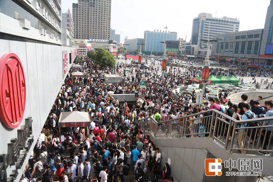 从下午一点半开始,中心站门口客流开始集中。