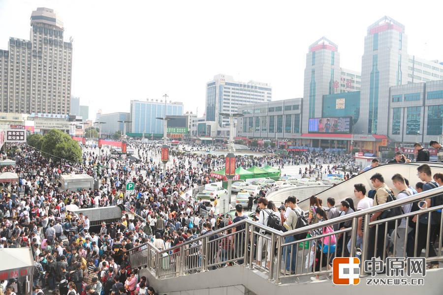 俯瞰火车站广场,人潮汹涌。