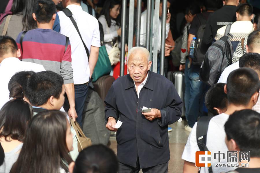 刚刚买完票,挤出人群的老人。