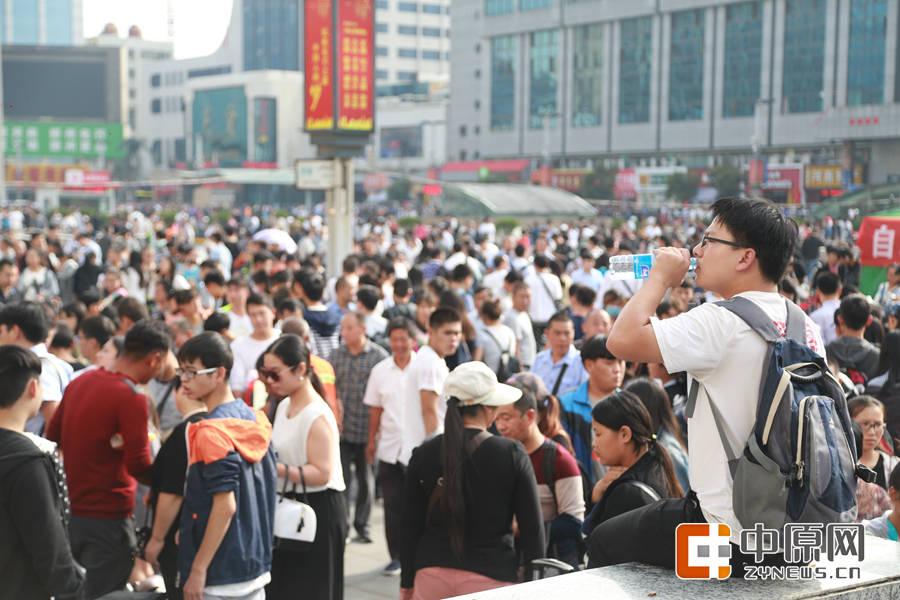 火车站广场的人群。