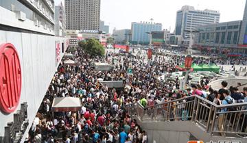 """郑州中心站再现客流""""人众人"""" 但比去年减少了"""