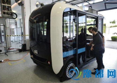 """据悉,这款无人驾驶电动智能车名为Olli,它是一辆小型巴士,一次可载12名乘客。Olli使用了IBM的""""沃特森""""超级电脑,不仅可和乘客即时对话,还可提供个性化服务,是全球第一辆采用人工智能同乘客沟通的交通工具。"""