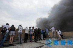 杭州:市民不顾危险爬到楼顶围观火灾