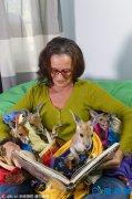 澳洲女子辞职照顾袋鼠孤儿 与袋鼠宝宝相拥而睡