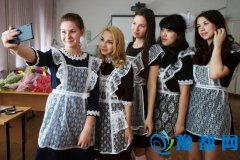 俄罗斯举行毕业生仪式 女生穿女仆装自拍