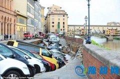佛罗伦萨地面突现百米塌方 数十辆车落水场面惊险