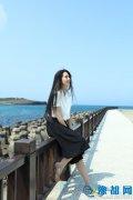 白衣黑裙长发如瀑 郭碧婷在海边走走就成风景