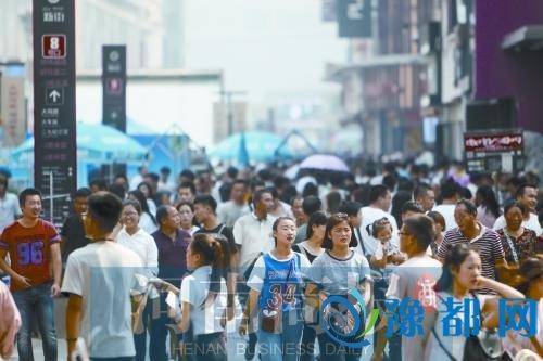 德化步行街上,人头攒动-建国家中心城市 郑州有充足的人口自信图片