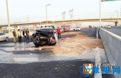 """最""""脏""""的车祸:郑州一辆丰田凯美瑞轿车追尾泔水车"""