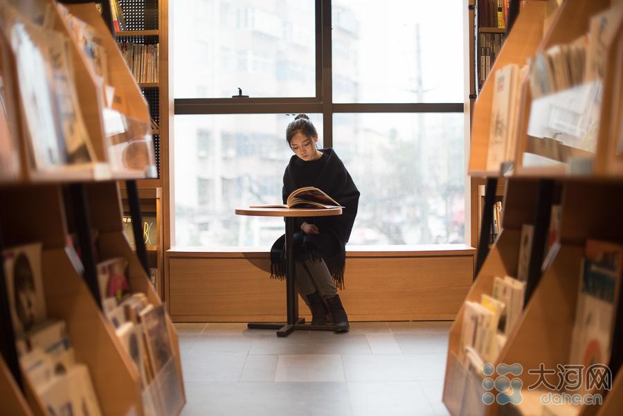 秋雨潺潺,闲坐窗前,一本读物,一个下午。