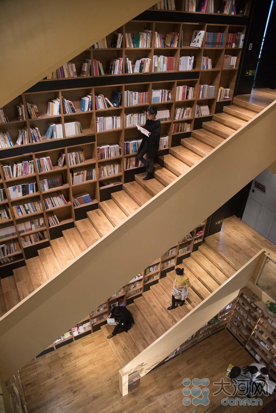 本周郑州降温与降雨结伴而来,连绵的秋雨为出行造成诸多不便,但市区内的各家书店变得热闹起来,许多市民选择午休和下班后的闲暇时光,来到温暖的书店享受一段惬意的阅读时光。