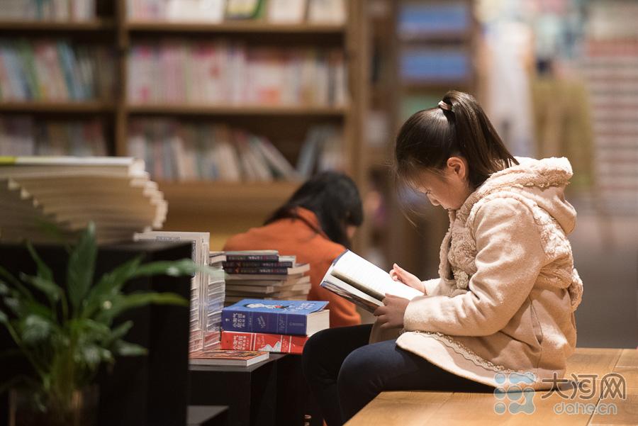 小朋友是书店常客,书店店员告诉大河网记者,每到中午,就会来一大批附近学校的小学生。