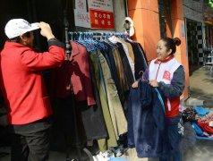 """郑州""""爱公益""""捐衣点 爱心衣物免费自选"""