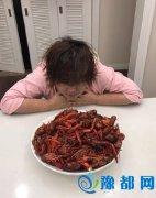贾玲面对小龙虾难抵诱惑 保持不瘦下去,你可以的