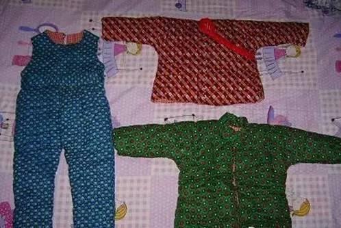 棉袄棉裤都是长辈一针一线缝的,穿上身可暖和了。