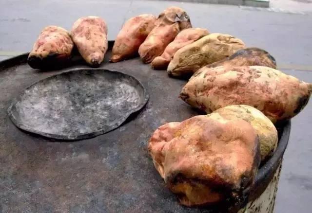 烤红薯冬天暖手神器,既好吃又能暖手,一举两得。尤其爱吃烤得流油的红薯皮!