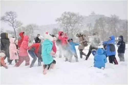 打雪仗、堆雪人河南冬天的娱乐活动之一。雪一停,会上三五好友到雪地乱打一通,立马不冷了。打累了就开始堆雪人,捎带脚还把雪扫了。