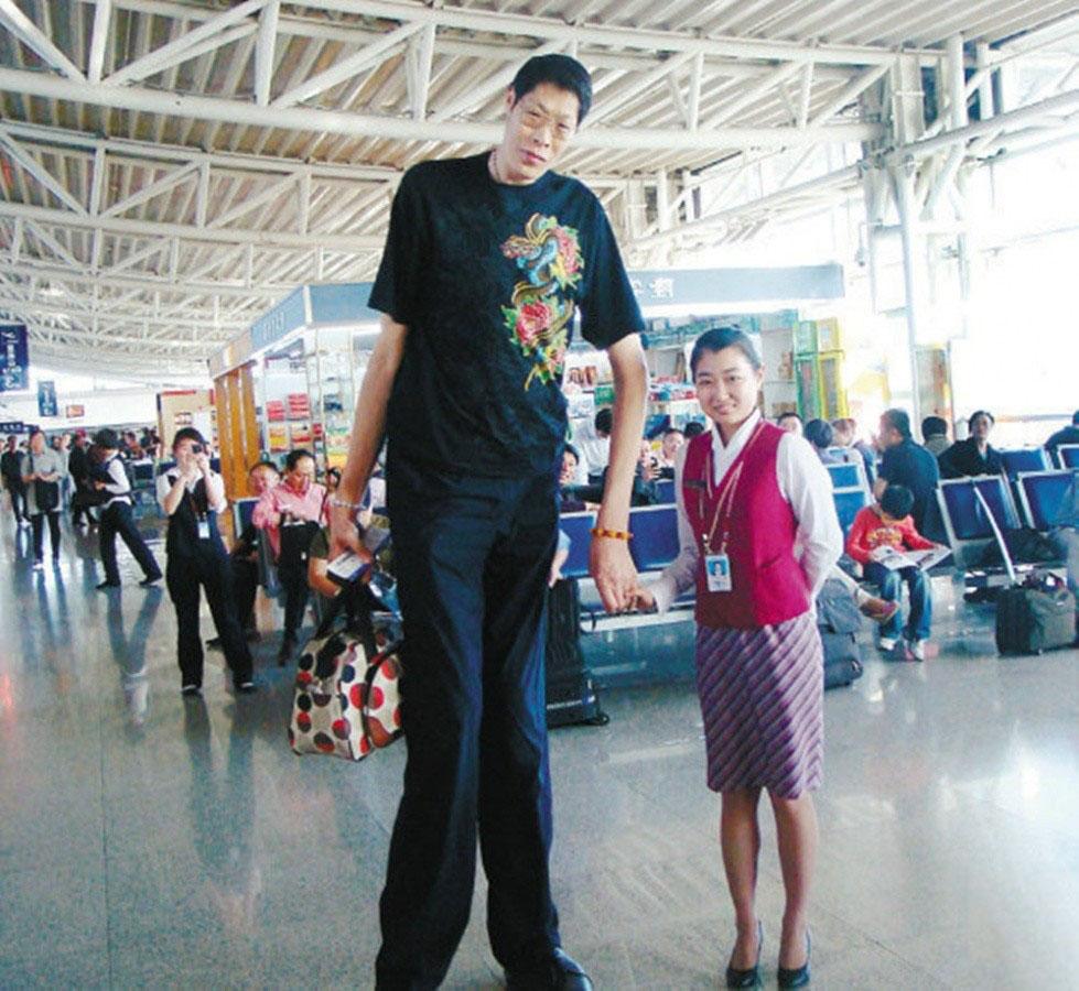 """第三名:张俊才,身高2.42米,1966年出生于山西定襄县一农民家庭,父母亲和兄弟姐妹都是正常人的身高。后经诊断为""""垂体瘤"""",动了手术,身高才定格在2米42。"""
