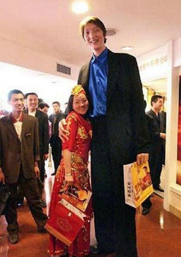 第四名:黄长求,身高2.40米,体重122公斤,腿长1.61。湖南怀化人,现在的职业是演员,会变魔术,吹葫芦丝、笛子,弹钢琴,还获得国家书法7级证书。他的父亲1.9米,他的兄弟姐妹也都在1.8米以上。
