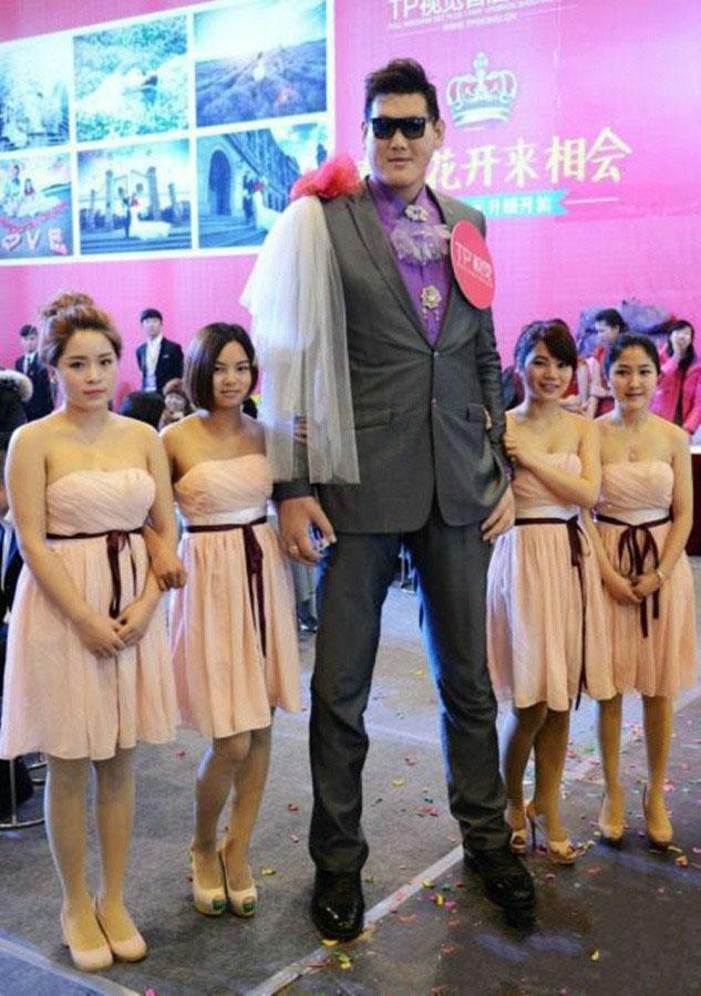 """第五名:张欢,身高2.38米,山东省枣庄市薛城区人,真正称得上是""""山东大汉"""",身材匀称,体态灵活,丝毫无笨重之感。加盟过南京军区男篮球队,还曾在上海东方男篮和姚明一起集训过一周。"""