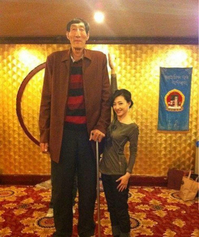 第六名:鲍喜顺,身高2.36米,蒙古族,1951年出生,内蒙古赤峰市人。喜顺是成吉思汗的后代,虽然其身世显赫,但他的家庭却非常穷困。图为和素颜女神王丽坤站一起。