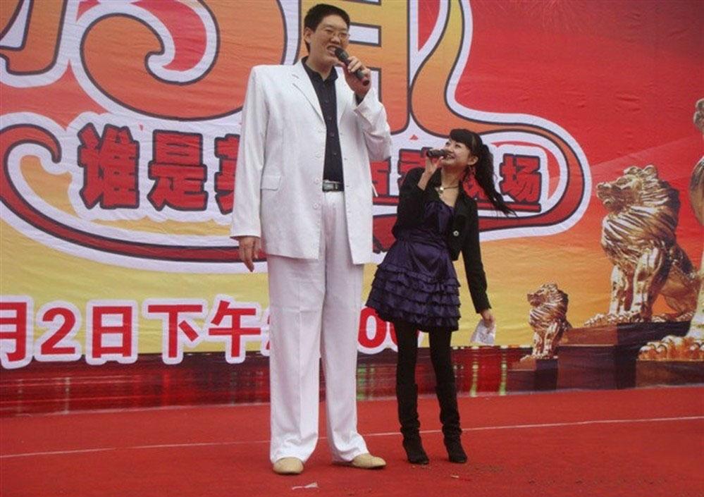 第八名:王同心,身高2.35米,体重150公斤,腿长1.55米,拥有一双68码的大脚。1971年出生在浙江永康,曾在中国国家篮球特材队、浙江省篮球队、前中国空军篮球队效力。