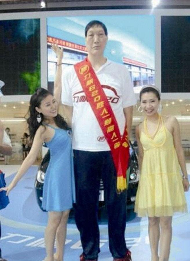 """第九名:康建华,身高2.32米。""""重庆第一高人"""",原籍河南洛阳"""