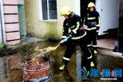 """消防员亲测""""可乐灭火"""" 能灭但不建议效仿"""