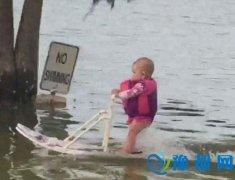 6个月大婴儿湖面划水210米 打破世界纪录