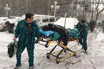 郑州急救人员冒风雪救人 传递爱心温暖你我