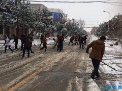 桐柏县黄岗镇:铲雪除冰 人大代表在行动