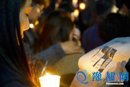 """10月29日晚,近两万名韩国民众及民间团体人士在首尔市中心举行烛光集会,谴责""""亲信干政事件""""给韩国社会带来的不良影响,要求总统朴槿惠对此事负责。图为集会现场发放的反对""""亲信干政""""的宣传材料。<a target=&apos;_blank&apos; href=&apos;http://www.chinanews.com/&apos;></table>中新社</a>记者 吴旭 摄"""