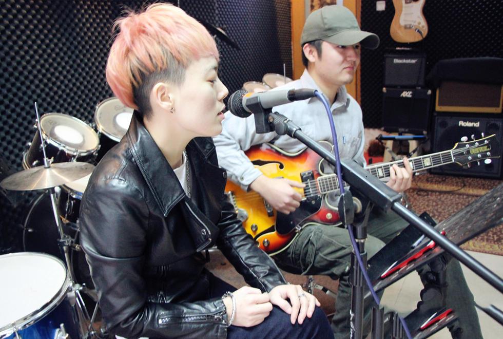 郑州有一位很有个性的歌手,性格开朗外向,英文歌唱的极好。她在郑州的酒吧圈唱了5年时间,经常爱去酒吧的朋友都会对她有一点印象,这是一位帅气的女歌手。