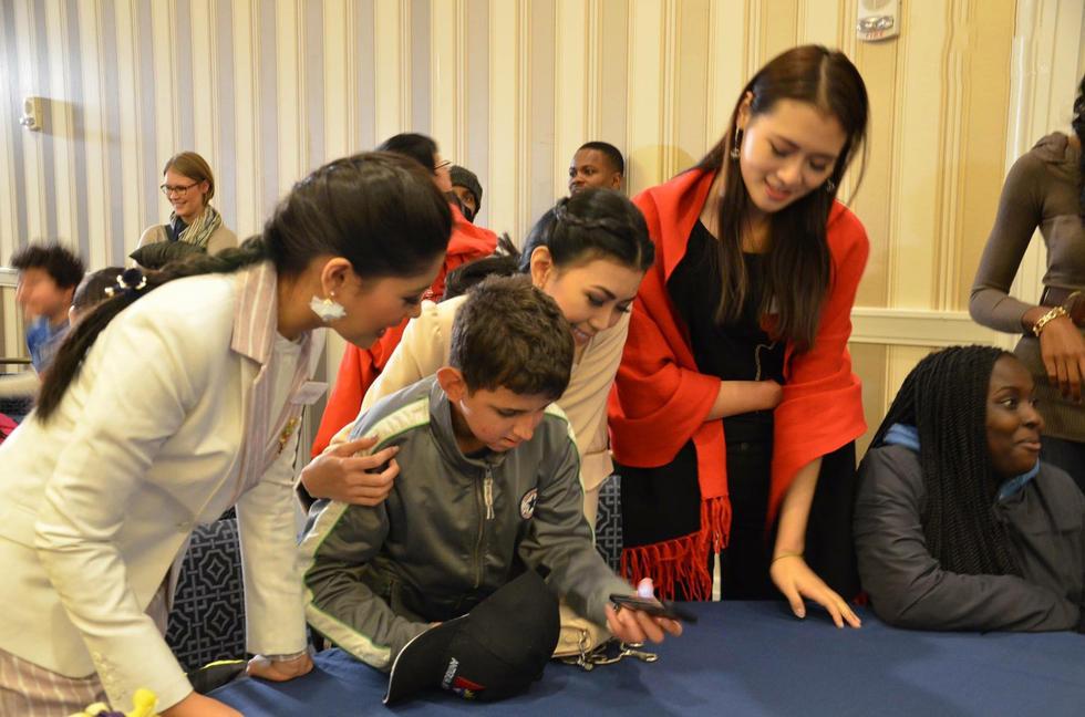 图为孔敬和孩子们一起画画、唱歌、跳舞提前庆祝圣诞。
